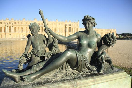 Een beeld van Neptunus siert voor het Chârteau. Eén van de vele beelhouwwerken die de tuin rijk is en de tuin omtovert tot een waar 17 eeuws paradijs.