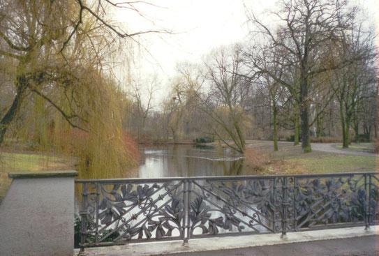 De Tiergarten. Vroeger was dit gebied in gebruik als een koninklijk jachtgebied, maar na 1818 is het te bezoeken als een fraai park met meren en beken.