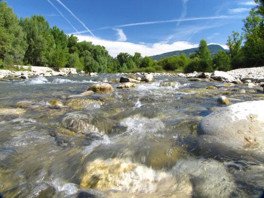 Het stromende water van de Verdon in de nabijheid van het kleine dorpje Castelanne. De rivier die in de gehele kloof soms wel op 700 m. diepte ligt.