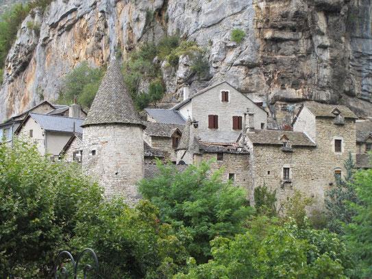 Het bergdorpje La Malène was de vroegere oversteekplaats tussen de Causse de Sauveterre en de Causse Méjean. Van hieruit vertrekken leuke boottochtjes.