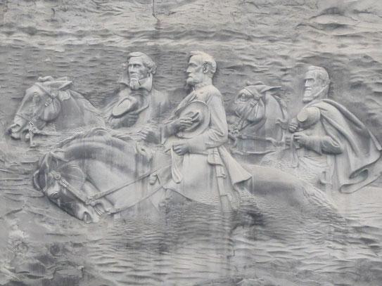 """Uitgehouwen in het graniet van de Stone Mountain, de leiders van de zuidelijke staten, J. Davis, R.E. Lee, en """"Stonewall"""" Jackson."""