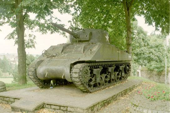 Op meerder wegen door heel Luxemburg heen vind je herinneringen aan WWII. Hier een tank als gedenkteken aan het Ardennenoffensief.