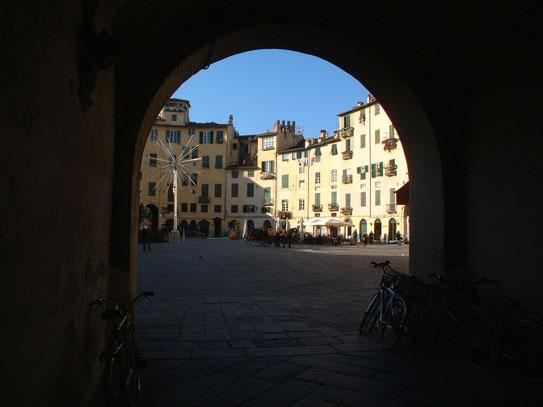 Uitzicht op één van de vele pleinen die het stadje herbergt. Een wandeling door de kleine steegjes en straatjes brengt je van het ene mooie stadsgedeelte in het andere....