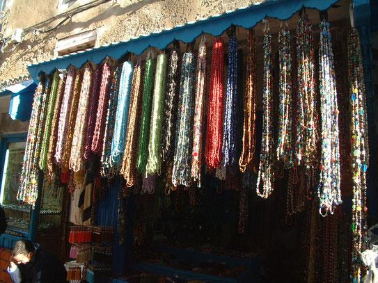 Een kettingenwinkel in de medina van Essaouira. Een medina die ondanks de regelmatige (toeristische) drukte toch vrij onstpannen is.