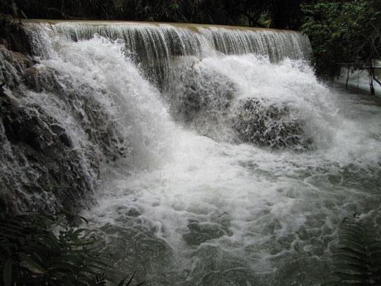 Op een scootertje bezoeken we de Kouang Si waterfall die op zo'n 28km. van Luang Prabang ligt. Een trappenwaterval met zelfs zwemmogelijkheden.....