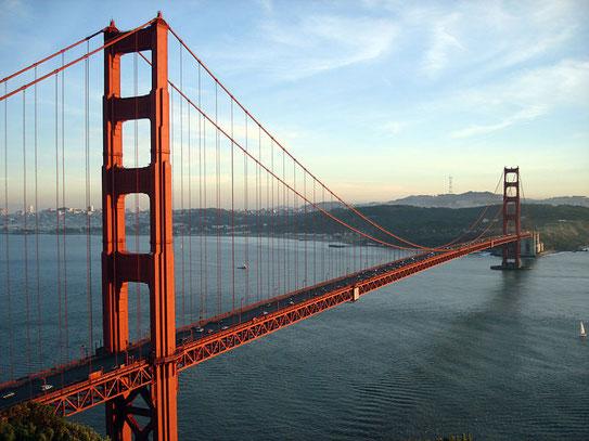 De Golden Gate Bridge gezien vanaf Baker beach. De 2,7 km. lange brug biedt prachtige uitzichten.