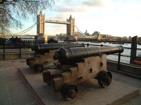 """Vanuit de naast gelegen Tower of Londen een uitzicht op de Tower Bridge. """"Het visitekaartje"""" van de stad Londen aan de Theems."""