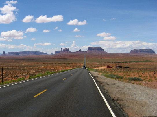 De verlaten wegen in Monument Valley geven de meest fascinerende uitzichten. Veel western speelfilms hebben hier hun decor aan te danken.