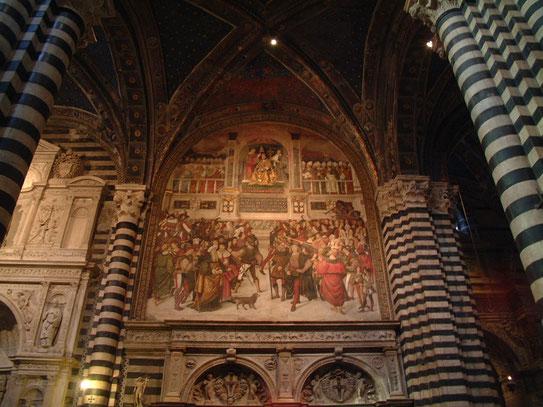 De Duomo met haar wit gestreepte marmeren pilaren is ongetwijfeld indrukwekkend te noemen en een bezoekje waard!