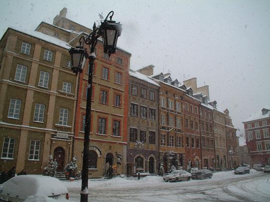 Rynek Starego Miasta (het oude stadsplein), waar felgekleurde burgerhuizen een sierlijke omlijsting vormen van een gezellig plein.