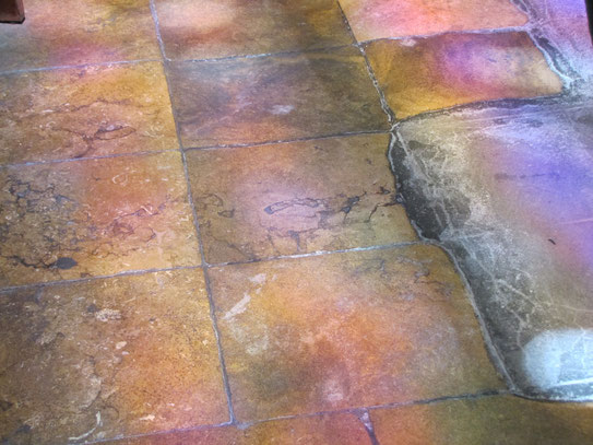 De vloer van de Cathédrale Saint Sacerdos leverde, met behulp van de invallende zon door de glas in lood ramen van de kapel, dit aparte kleurenspectrum op.