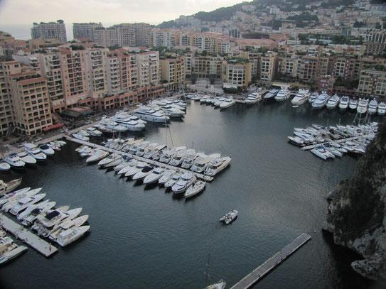Een uitzicht vanaf het plein bij het Palais Princier op één van de kleinere havens van Monaco. Een mooi beeld van deze 'havenstad' die gedompeld gaat in weelde.