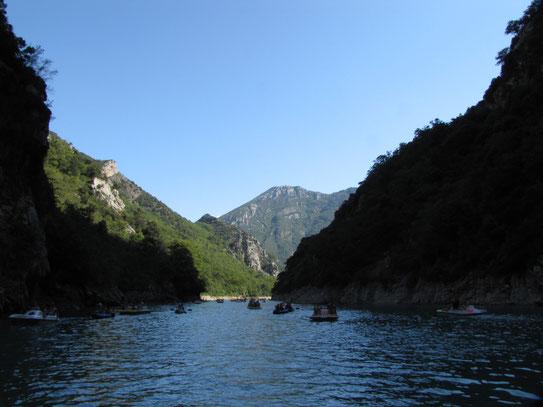 De prachtige donkergroene Verdon die stroomt tussen de Cornich Sublime en de Route des Cretes en uiteindelijk uitmondt in het Lac de Ste-Croix.