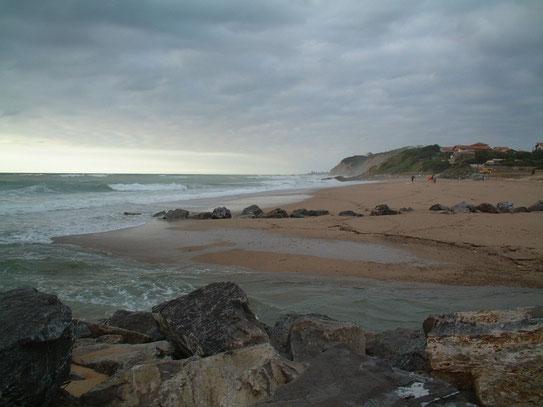 De hoge rotskusten bij Bidart waar de damp van het kolkende water voor hangt. Surfers zijn de hele dag in de weer om de hoge golven te bedwingen.