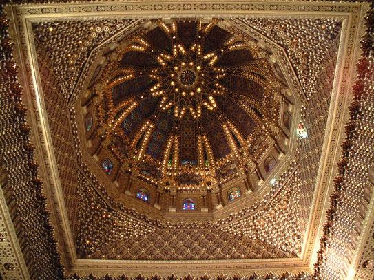 De binnenkant van de koepel van het mausoleum van Mohammed V. Een complex dat werd gebouwd i.o.v. Hassan II.