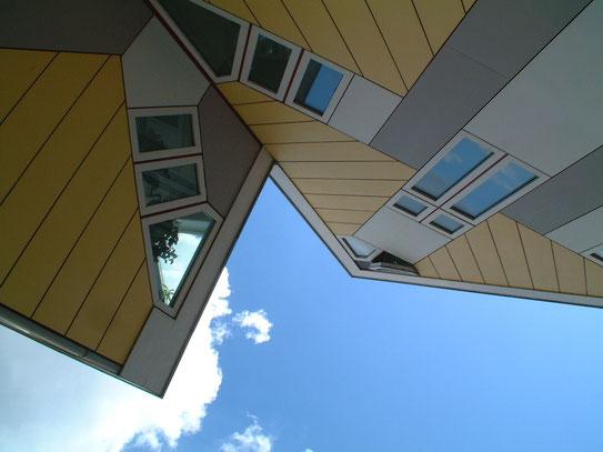 De bekende Kubus-Paalwoningen behoren tot de opvallendste gebouwen van het moderne Rotterdam. Een bizarre creatie van architect P. Blom.
