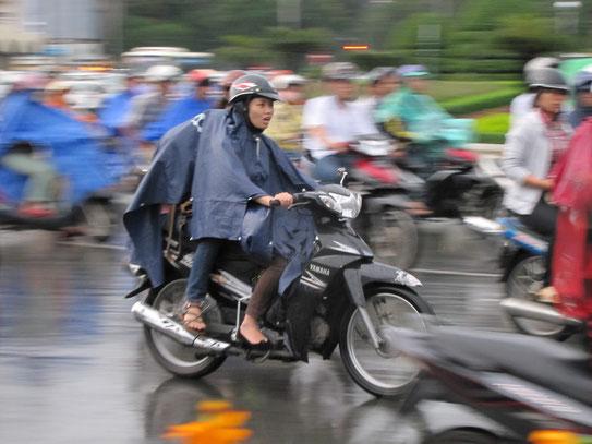Eén van de drie-en een half miljoen scooters die in het straatbeeld van Saigon niet weg te denken zijn. En het aantal blijft jaarlijks nog steeds stijgen.....