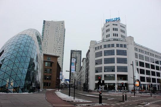 Links een nieuw winkelpand: de Blob. Rechts een gebouw van Philips. Bron: Christian van Elven.