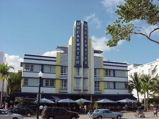 Eén van de 800 gebouwen die Art Deco District rijk is uit de jaren twintig en dertig en onder monumentenzorg in de oude stijl zijn herbouwd.