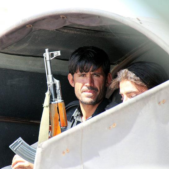 Unsere Beschützer, die Levies (Paramilitär) ausgestattet mit Kalaschnikov und G3 Gewehren.
