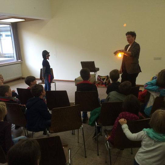 Kinder schauen gebannt zu. Zauberer Markus Lenzen
