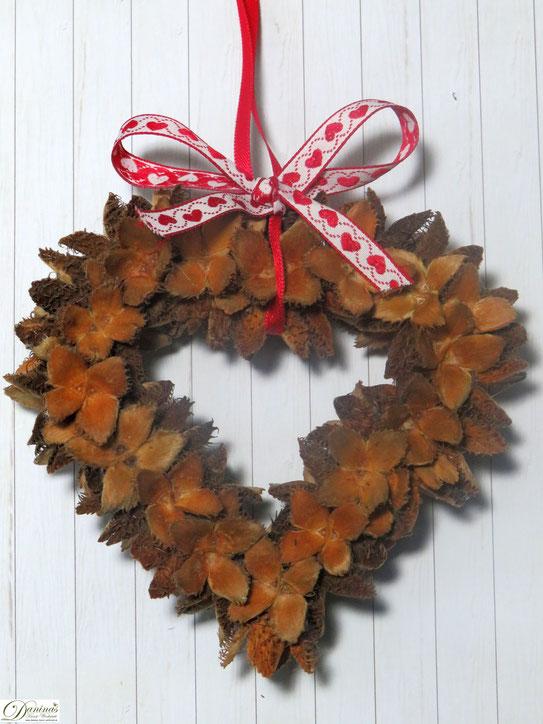 Im Herbst mit gesammelten Bucheckern eine schöne Herbst Dekoration selber machen.