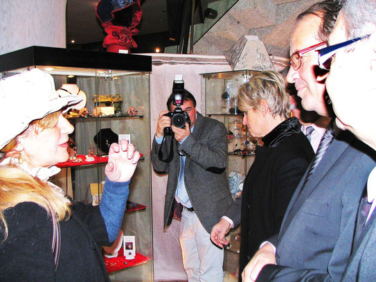 Monelle présente son atelier au sénateur Yves Rome et à la Presse