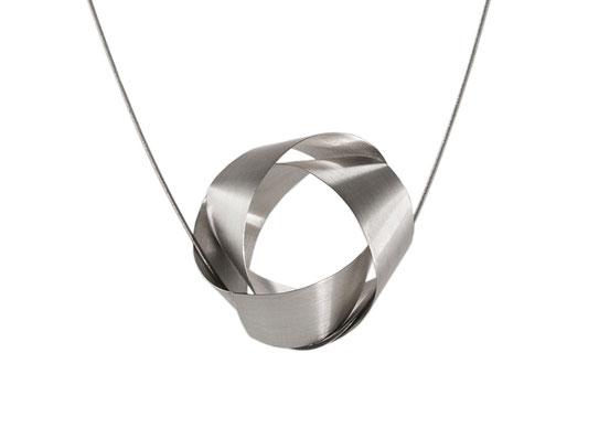 Der Anhänger NOLA besteht aus einem raffiniert mit sich selbst verschlungenem Silberband. Seine klare Eleganz und das seidig matt und geheimnisvoll schimmernde Silber machen NOLA unwiderstehlich.