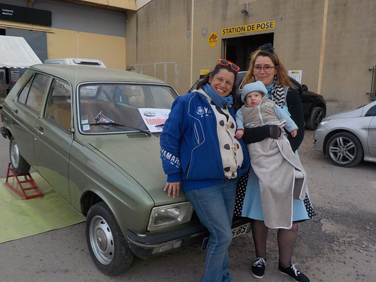 La Peugeot 104, le 1er prix de la loterie revient à Maxence âgé de 8 mois, En photos avec Patricia et Céline.