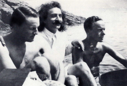 1932 : Meher Baba ( centre ) with Herbert Davy ( left ) & Quentin Tod ( right ) at the Santa Margherita beach.