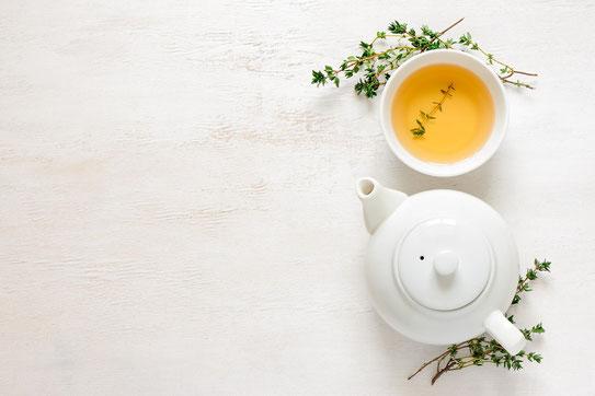 Taza y tetera con té verde