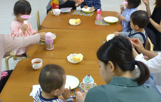 リトミックの活動を終えて、ピッコロ(0歳児)、ステッラ(1歳児)コースの生徒が、みんなで集まっておやつを食べます
