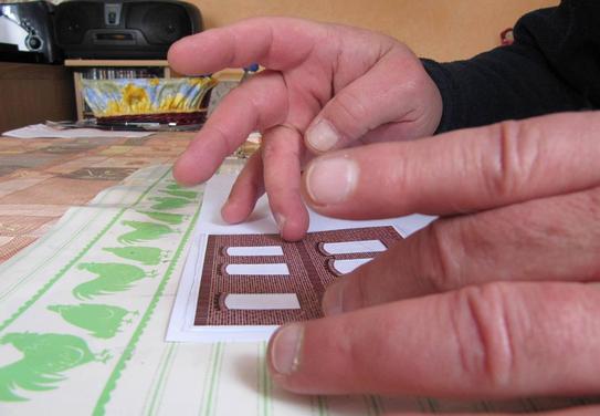 (c) W. Fehse - Das Bauteil zügig auf die Klebstofffläche legen.