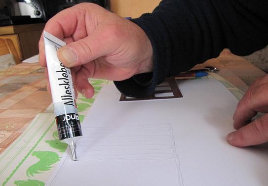 (c) W. Fehse - Die Fläche innerhalb der Bleistiftkontur mit einem Alleskleber auf Lösungsmittelbasis bestreichen.