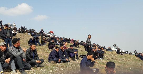 Les hommes du village devant un bouzkachi en Ouzbékistan