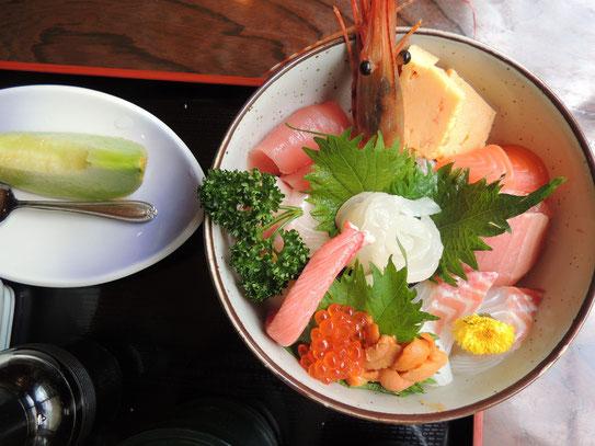 ボリューム満点な海鮮丼見た目もお腹も大満足です。