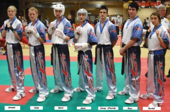Sieben Kickboxer in Ausrüstung
