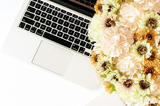 ページが開かれた本とラベンダーの花。