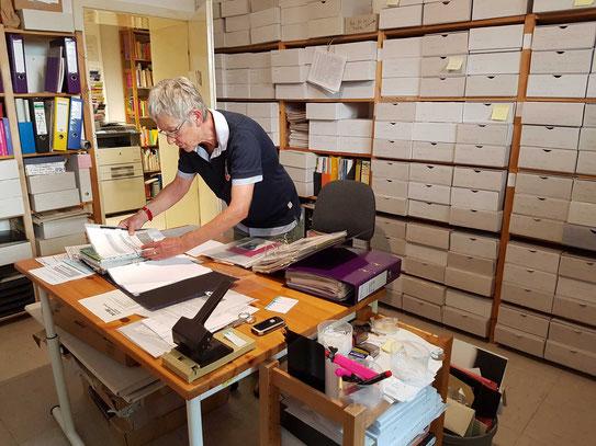 Henny Taraschewski bei der Arbeit im Archiv.