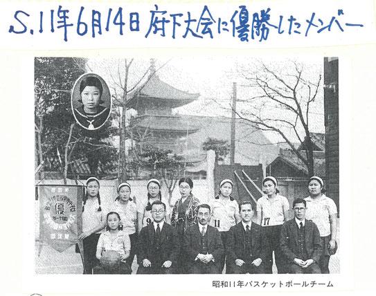 優勝旗と共に部員8名と先生4名の写真