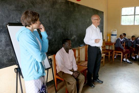 Dr. Ulrike Tölle-Torbahn mit Lehrer Mtango und Dr. Köhler