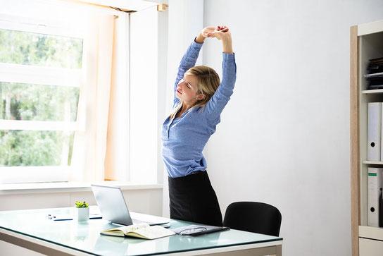 Wir sitzen zu viel – auch im Büro öfter mal aufstehen!