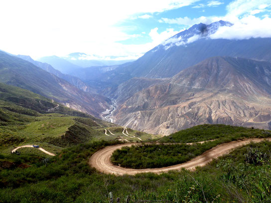 Switchbacks up and over the mountain to Huaylas: Not a bad detour!
