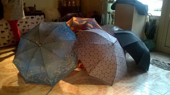 Exposition de parapluies dans l'entrée du restaurant