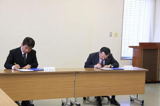 協定締結の様子(1)  (右から 野々村仁 幌延町長、  高木健太郎 天塩研究林長)