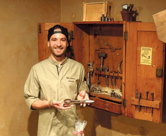"""Linus Kässer von der """"Chocolaterie Amelie"""" in Gapa kennt die Geheimnisse guter Schokolade. Foto: C. Schumann"""