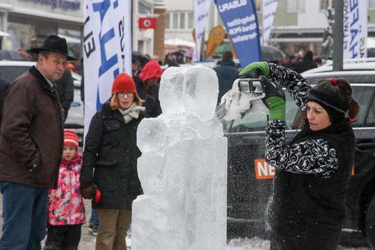 Mit der Motorsäge wird aus Eis ein Kunstwerk. Thomas Siedler