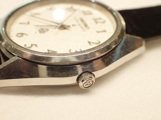 使い込まれた腕時計。独特の味があります