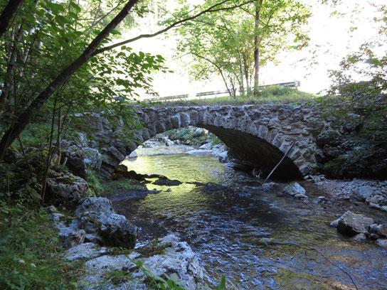 Petit pont sur la Gabiare, un magnifique sentier pédestre permet de longer la rivière dans les gorges de Vermes, magnifique, à voir absolument !