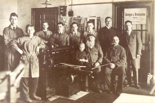 """""""Die Wildeshauser Zeitung"""" - Herausgeber Ludwig Löschen mit seinen Mitarbeitern 1926; Bild: Bürger- und Geschichtsverein"""